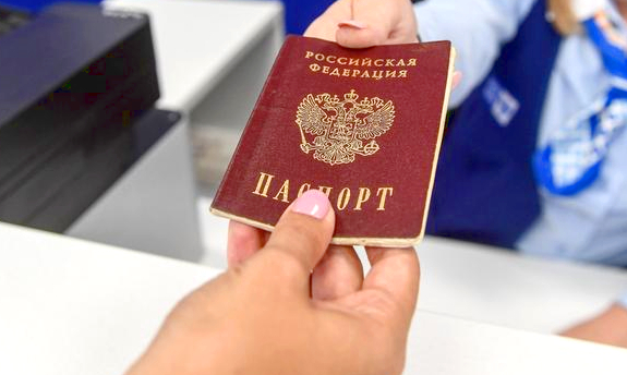 Паспорт России в руках